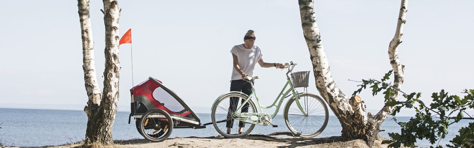 Hamax Outback bicycle trailer on the beach
